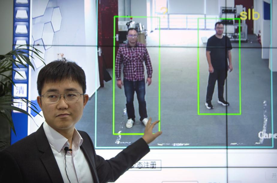 Китай представляет технологию распознавания походки для идентификации людей
